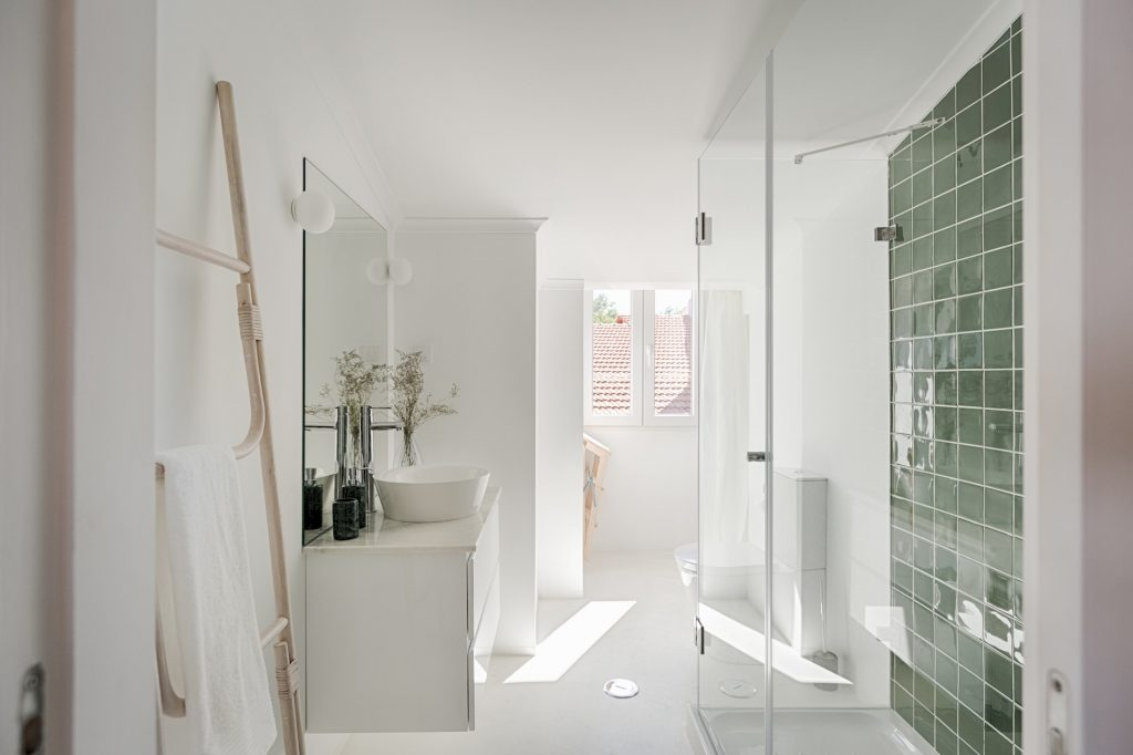 Gem Lisbon Rental Apartment, Romantic Gem in Graça, beautiful bathroom, green tiles