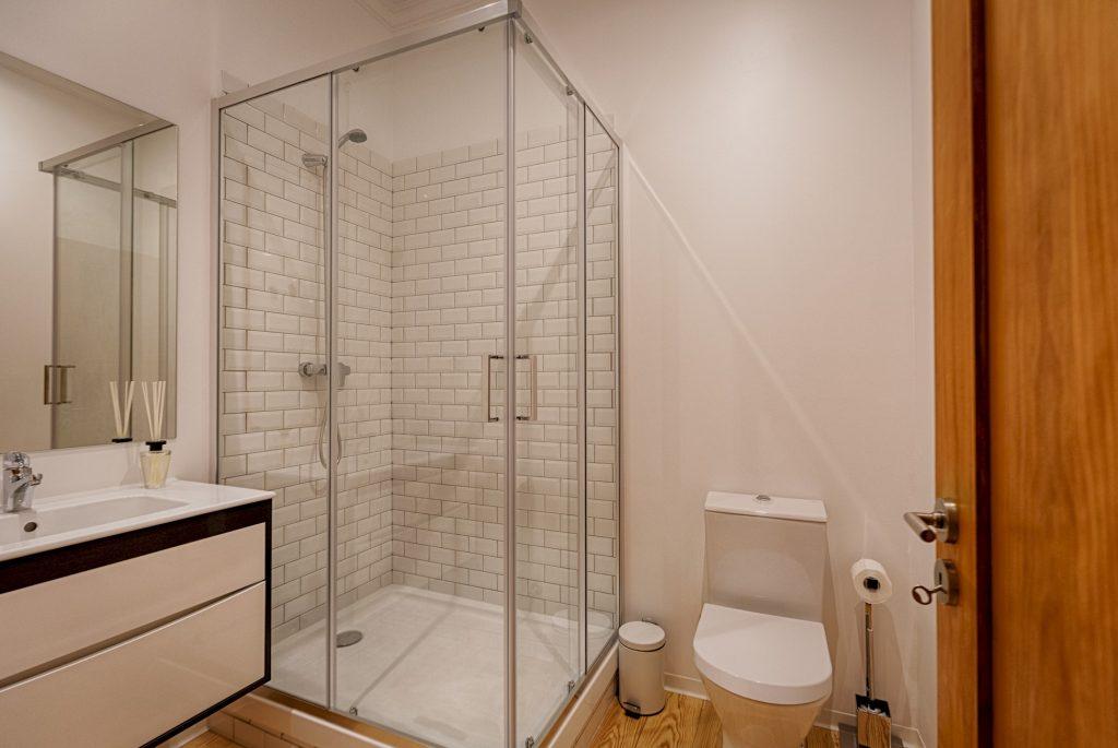 Gem Lisbon Rental Apartment, Master Historical Gem in Chiado, bathroom