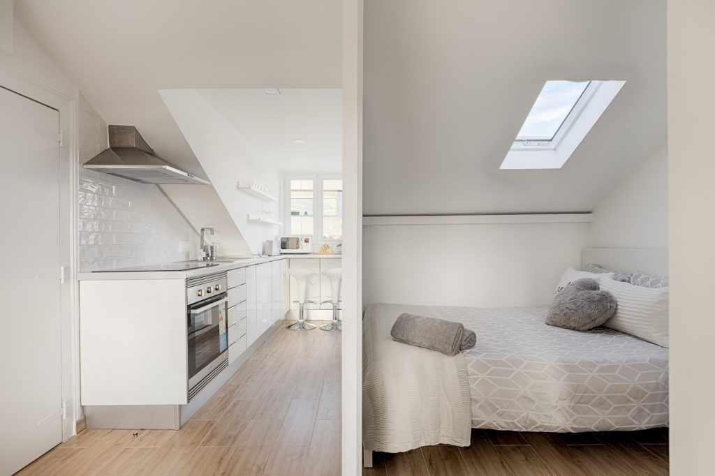 Gem Lisbon Rental Apartment, Romantic Gem in Alcântara, bedroom and kitchen