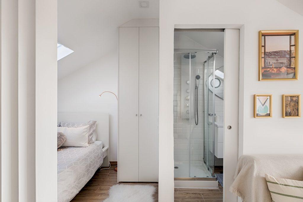 Gem Lisbon Rental Apartment, Romantic Gem in Alcântara, bedroom and bathroom