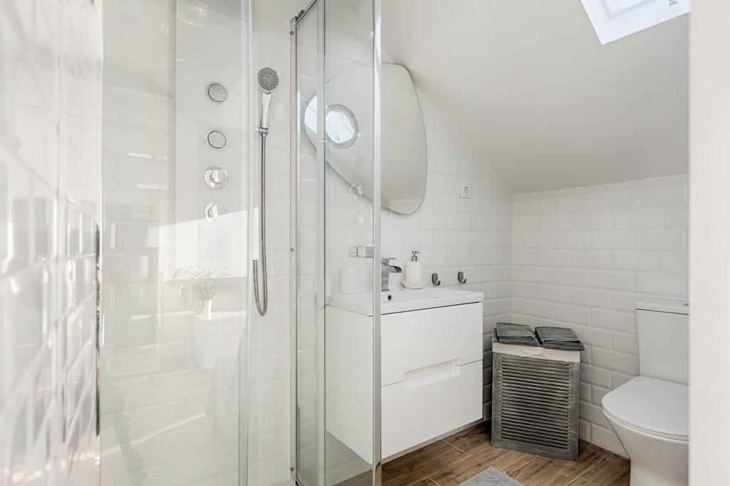 Gem Lisbon Rental Apartment, Romantic Gem in Alcântara, bathroom