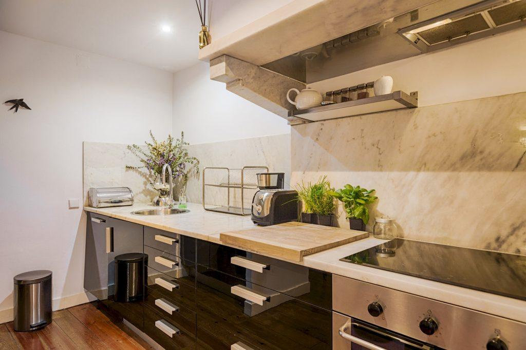 Gem Lisbon Rental Apartment, Romantic Gem in Santos, kitchen