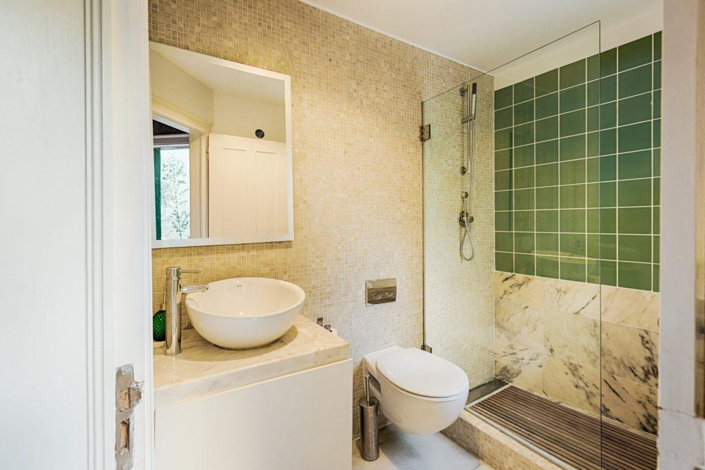 Gem Lisbon Rental Apartment, Romantic Gem in Santos, bathroom, green tiles