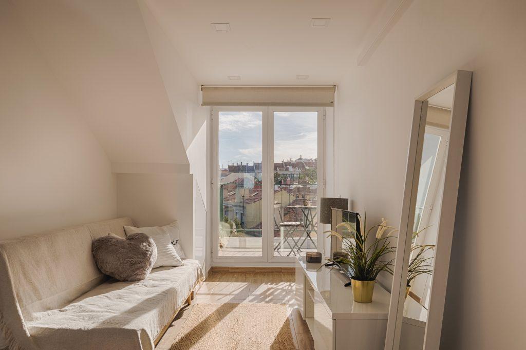 Gem Lisbon Rental Apartment, Romantic Gem in Alcântara, living room